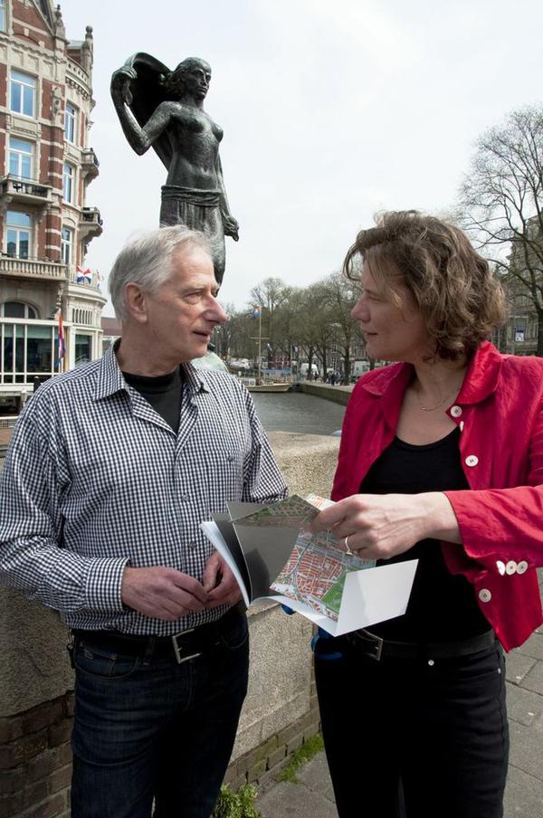 auteur loek van vlerken en wethouder gemeente amsterdam carolien gehrels bij presentatie 2de druk - foto: arie van andel - 17.04.2013