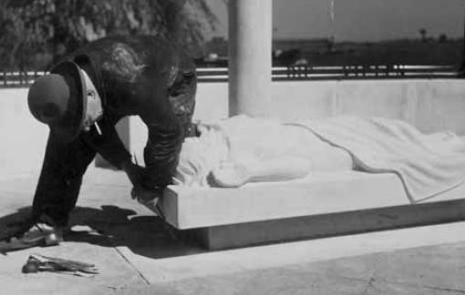 krop's laatste afwerkingen aan het monument - foto: collectie gemeente archief Kampen 03.05.1949