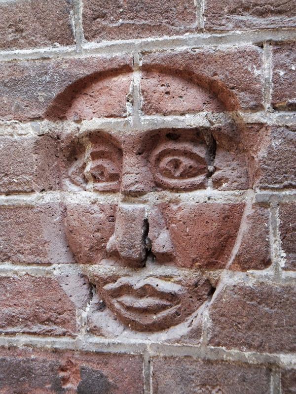 masker op muur atelier - foto: loek van vlerken 29.09.2015