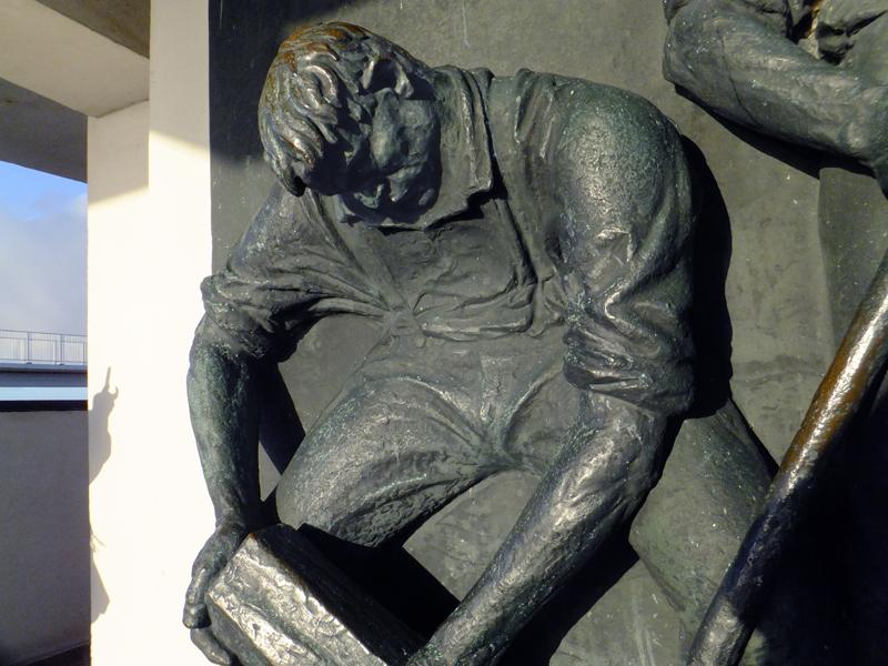 relief monument afsluitdijk - fragment linker figuur - foto: loek van vlerken 26.12.2012