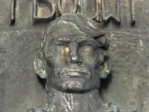 relief monument afsluitdijk - fragment middenfiguur (kop) - foto: loek van vlerken 26.12.2012