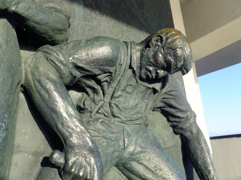 relief monument afsluitdijk - fragment rechter figuur - foto: loek van vlerken 26.12.2012