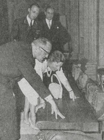 koningin juliana en wethouder de roos - foto: nieuwsblad van het noorden - 27 september 1958