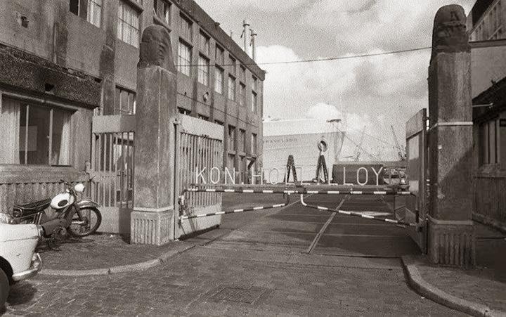 ingang loodsen kon.holl.lloyd - historische foto 1965 - foto: hildo krop museum