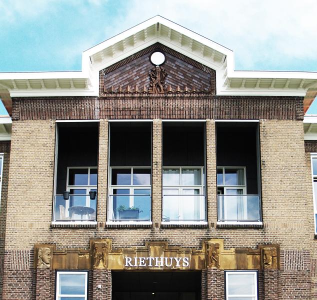 gevelversiering boven entree voormalige rietschool - foto: loek van vlerken 02.08.2017