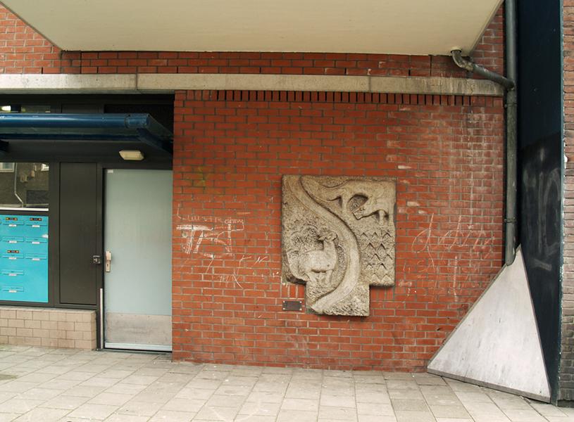gevelsteen lam en wolf - foto: loek van vlerken 25.03.2011