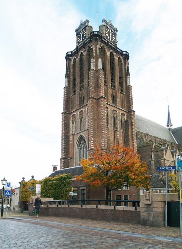 leuvebrug met grote kerk - foto: loek van vlerken 26.10.2012