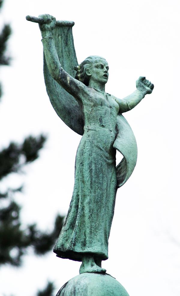 vrouwenfiguur met gespreide armen en wapperende vlag als symbool van de vrijheid - foto: loek van vlerken 05.03.2011