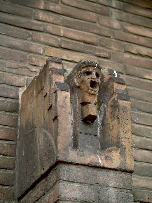 huizen met middenboven gaper - symbool drogist - foto: loek van vlerken 06.04.2011