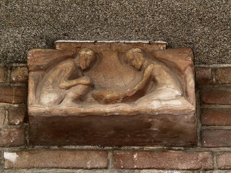 twee gehurkt zittende mannen met schaal - foto: loek van vlerken 06.04.2011