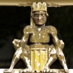 gehurkte gekroonde figuur