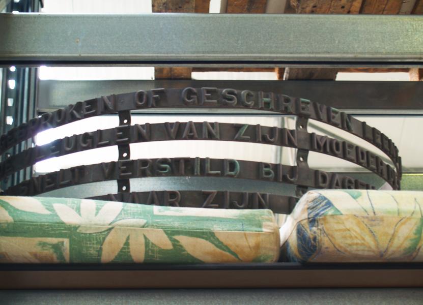 de vrijheid van de gedachte in opslag amstelveen (bronzen tekstrand) - foto: loek van vlerken 25.05.2016