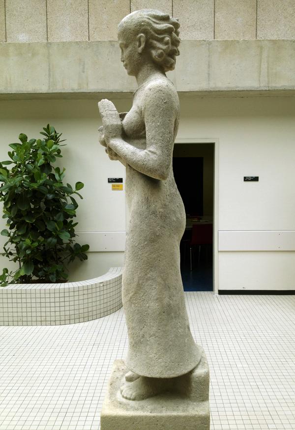 staande vrouw met vogel - foto: loek van vlerken 12.04.2011