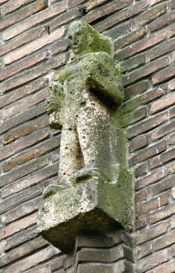 staande man met rol in rechterhand - foto: loek van vlerken 21.01.2011