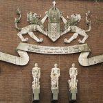 wapen van amsterdam, banderolle en staande figuren