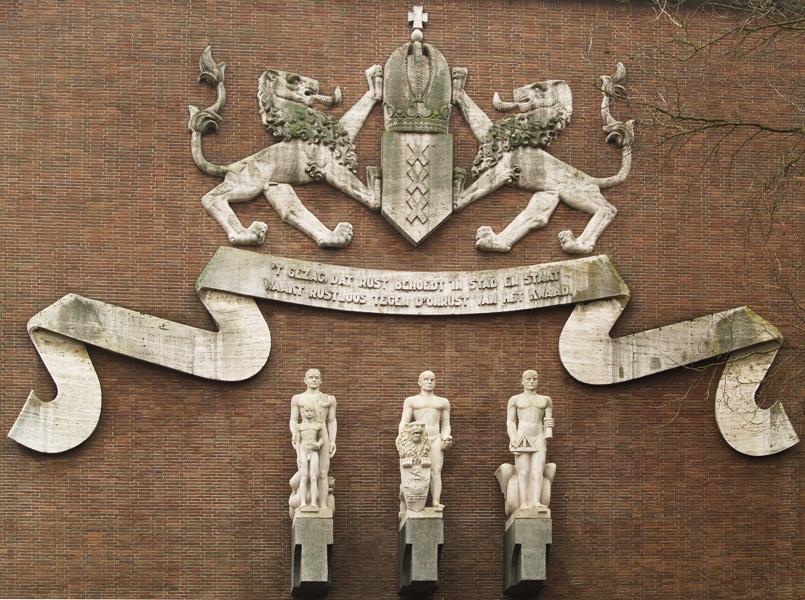 wapen van amsterdam, banderolle en staande figuren - foto: loek van vlerken 25.02.2011