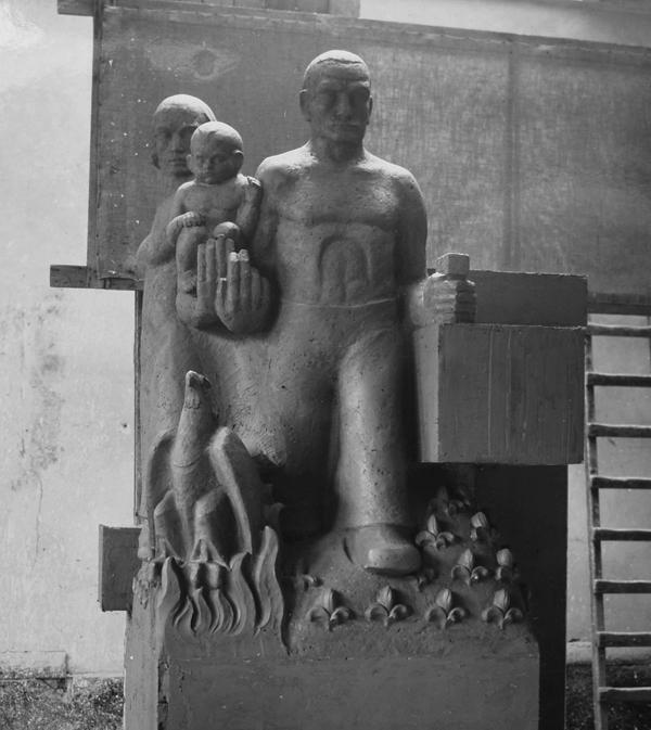 man-vrouw-kind-en-phoenix (kleimodel) - foto: hildo krop museum