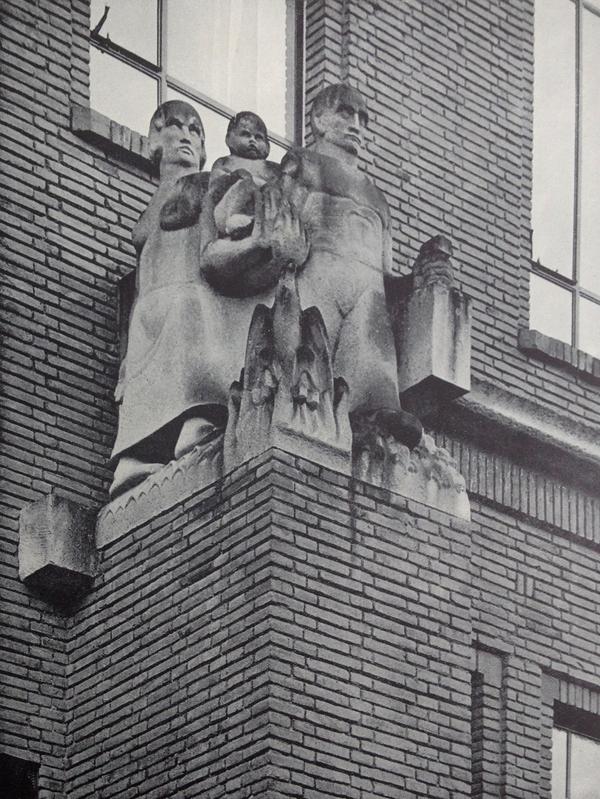 man, vrouw, kind en phoenix - foto: wendingen 1931 nrs.5/6 - collectie loek van vlerken