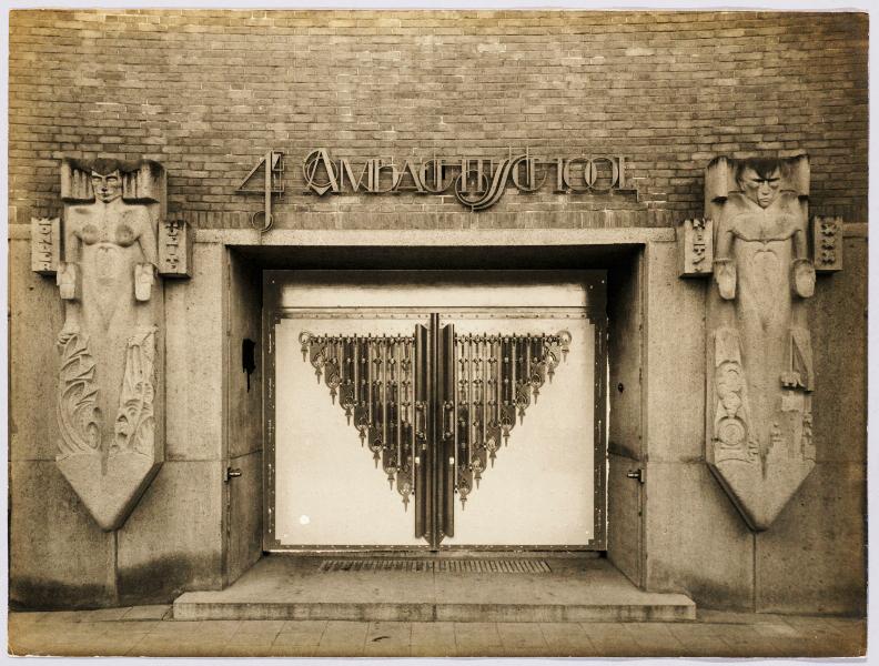 vrouw en man hoofdingang - historische foto uit 1922: hildo krop museum