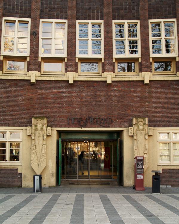vrouw en man hoofdingang - foto: loek van vlerken 15.03.2011
