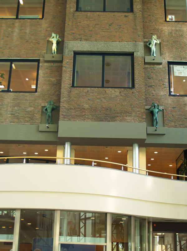 herplaatste beelden binnenhal de telegraaf donauweg - foto: loek van vlerken 11.04.2011