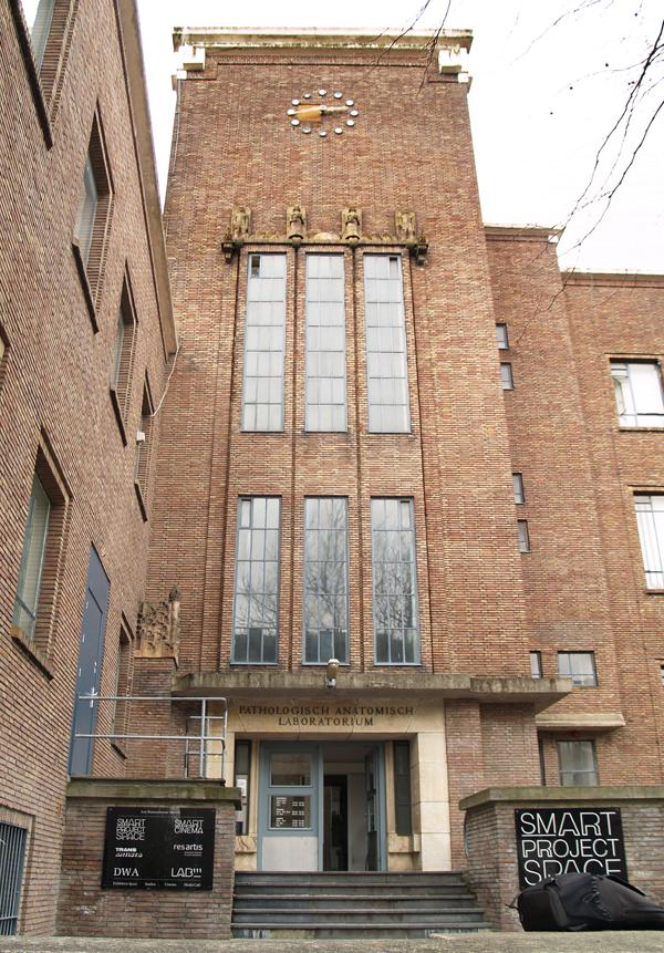 hoofdingang arie biemondstraat - foto: loek van vlerken 01.04.2011
