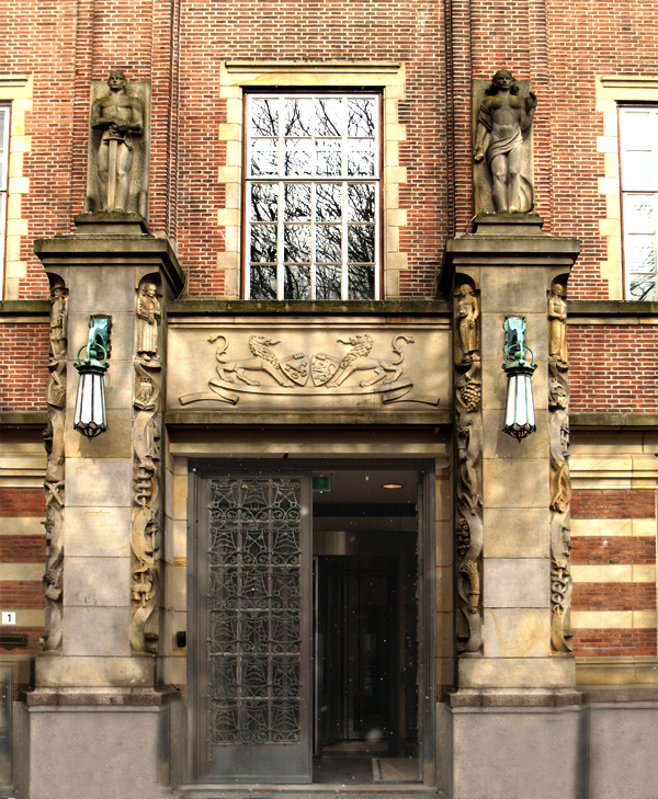 hoofdingang stadhuis - foto: loek van vlerken 14.03.2013