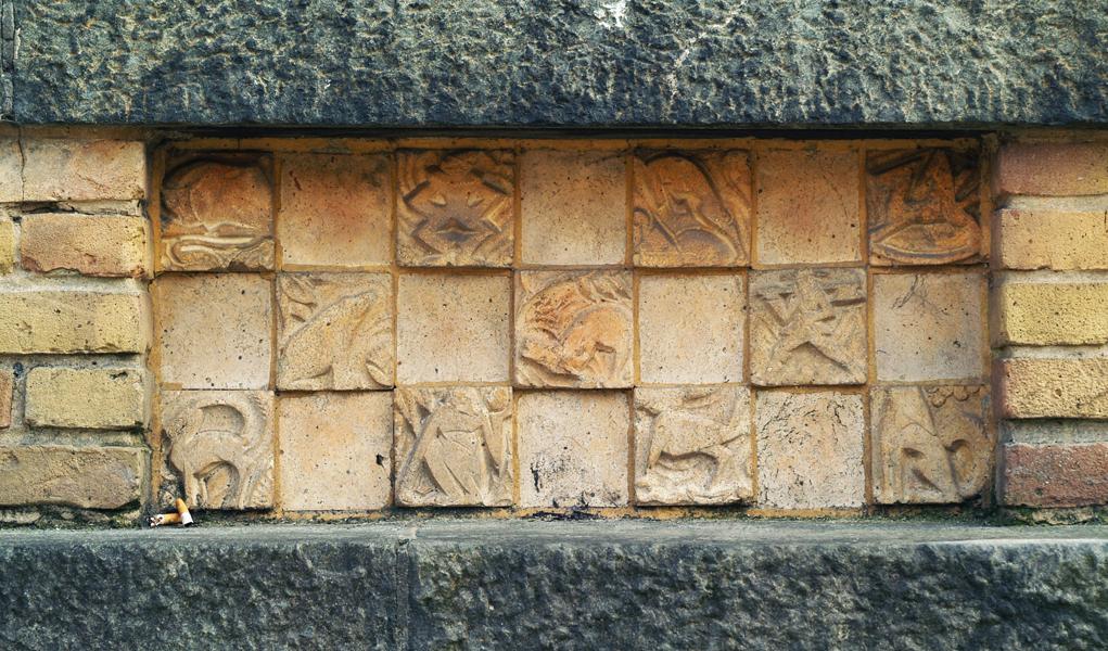paneel met relieftegels - foto: loek van vlerken 15.03.2011