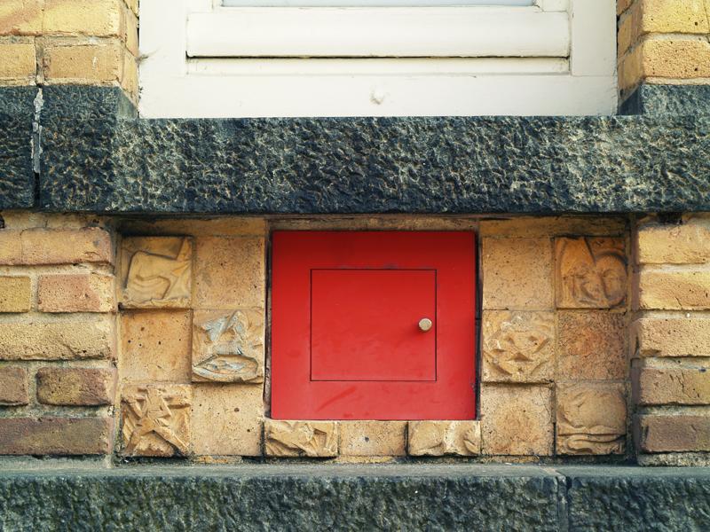 paneel met relieftegels en rood luikje - foto: loek van vlerken 15.03.2011