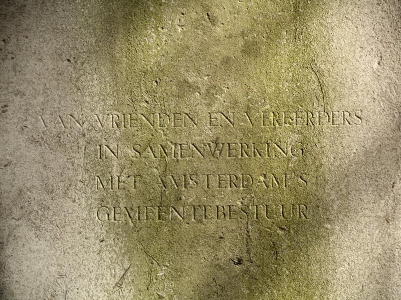 tekst op sokkel monument henri viotta - foto: loek van vlerken 09.03.2011