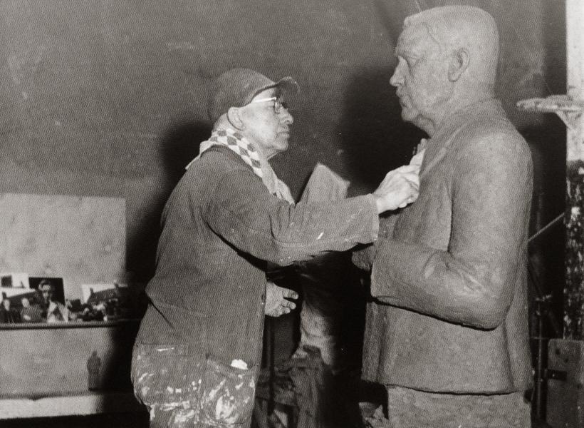 krop werkend aan borstbeeld van beuningen - foto : archief hildo krop museum