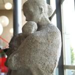 lopende vrouw met kindje