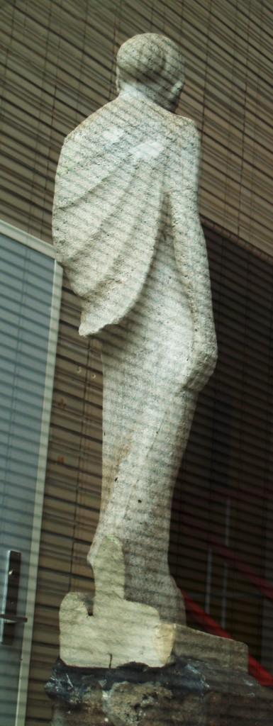 achterzijde lopende vrouw met kindje (foto genomen vanaf buiten door het raam) - foto: loek van vlerken 05.03.2015
