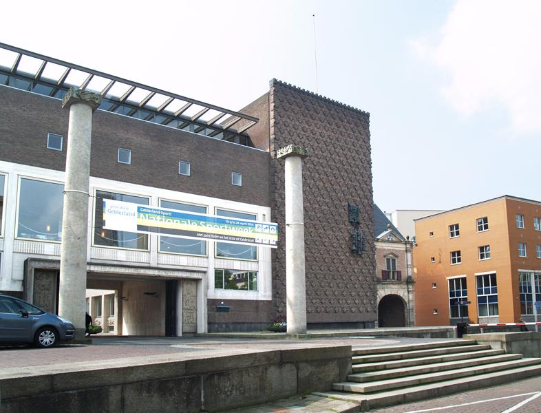 zuilen voor provinciehuis - foto: loek van vlerken 30.04.2014