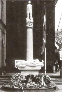 monument voor de gevallen werknemers van de ptt aan de Zeestraat - foto: hildo krop museum