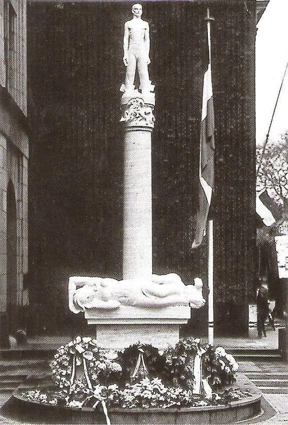 monument voor de gevallen werknemers van de ptt aan de Zeestraat - foto: 04.05.1950 (fotograaf onbekend)