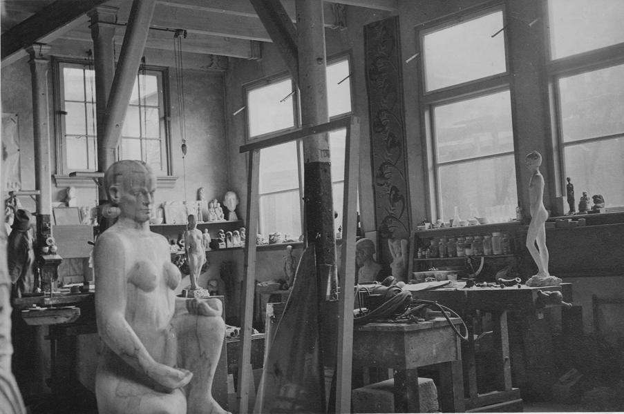 zittend vrouwelijk naakt in ongelakt stadium - historische foto: k.l. sijmons (collectie hildo krop museum) 02.06.1933