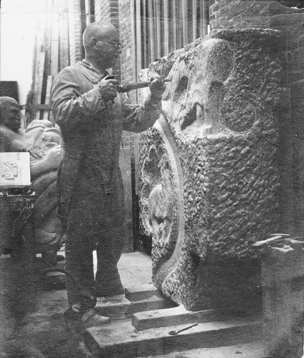 krop aan het werk aan lam en wolf - foto: collectie hildo krop museum
