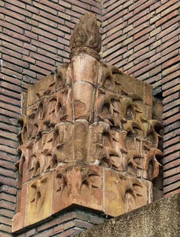 toorts met vlucht zwaluwen - foto: loek van vlerken 01.04.2011