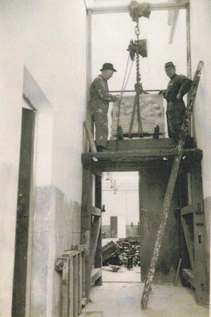plaatsing gedenkteken 1942 - foto: archief hildo krop museum