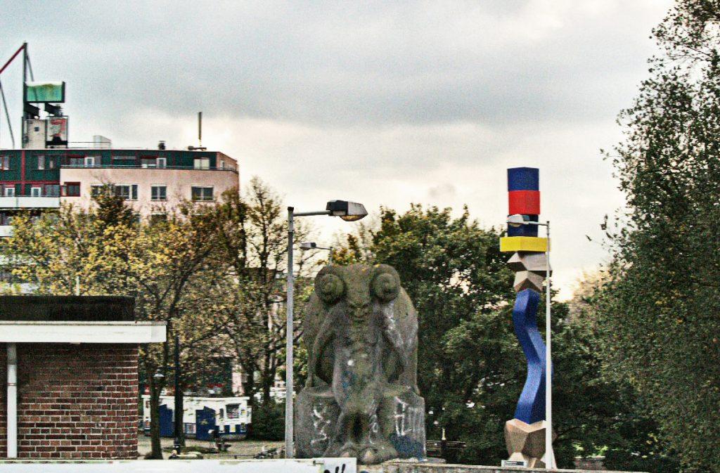 faun op viaduct vanuit de trein gefotografeerd - foto: loek van vlerken 27.10.2011