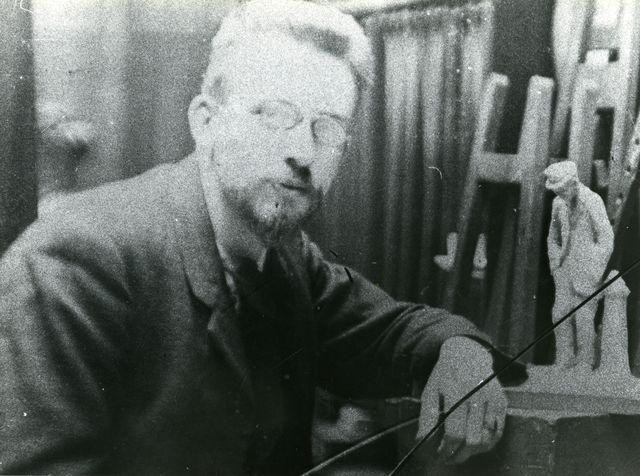 hildo krop met beeldje out of work - foto: ca. 1908 - hildo krop museum, steenwijk